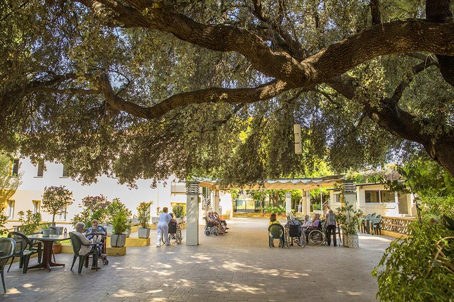residencia-la-alzina-instalaciones-patio-1